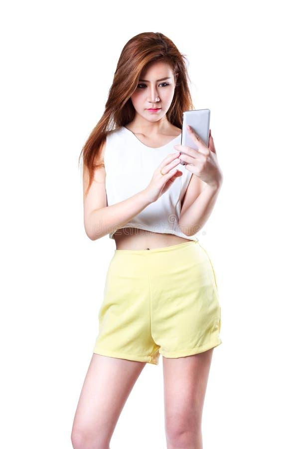 Красивая молодая азиатская женщина используя умный телефон стоковые фотографии rf