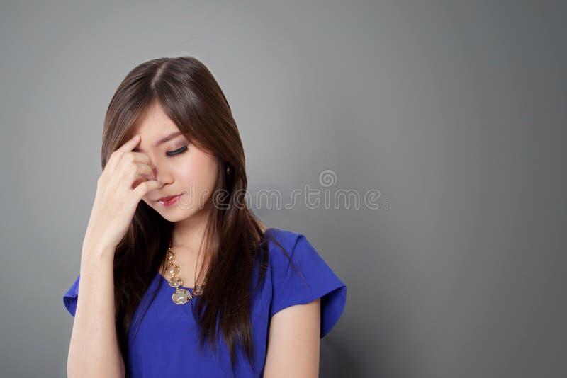 Красивая молодая азиатская женщина смотря напряжённый стоковое изображение rf