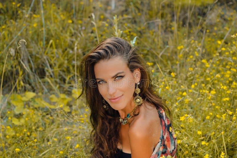 Красивая молодая дама нося причудливое ожерелье стоковые изображения rf