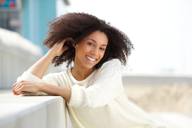 Красивая молодая Афро-американская женщина усмехаясь outdoors стоковые фото
