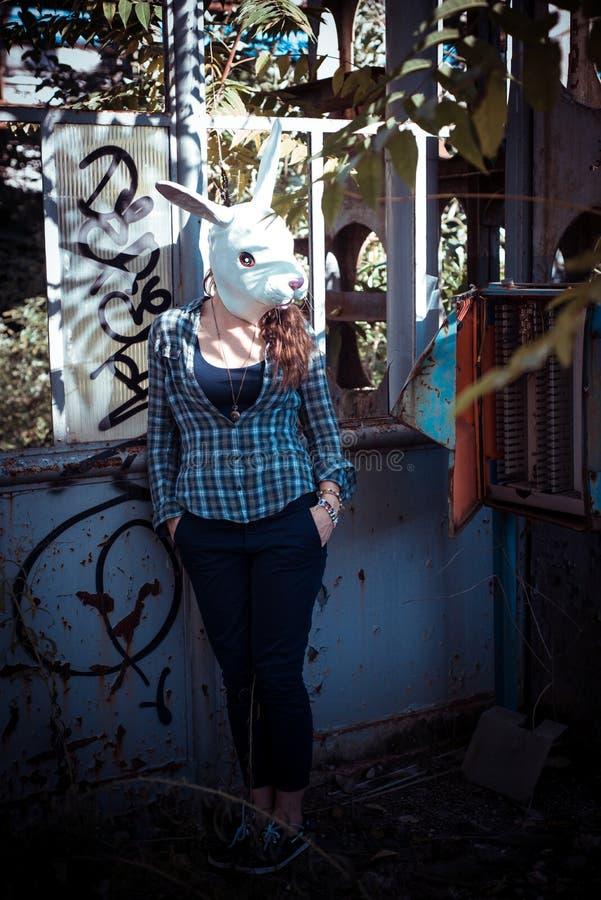 Красивая молодая белокурая женщина маски кролика стоковое изображение