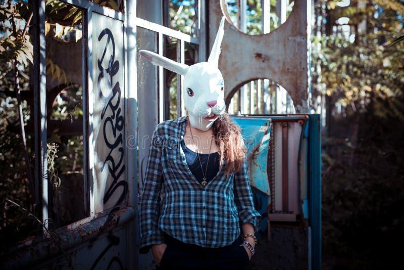 Красивая молодая белокурая женщина маски кролика стоковое изображение rf