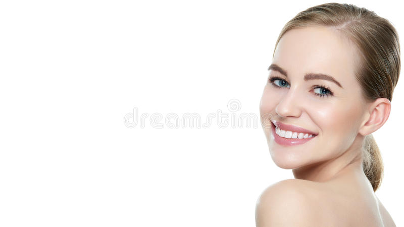 Красивая молодая белокурая усмехаясь женщина с чистой кожей, естественный состав и улучшают белые зубы стоковое изображение rf