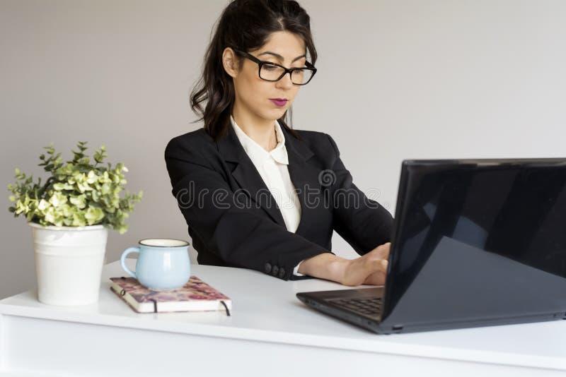Красивая молодая бизнес-леди в офисе стоковое изображение rf