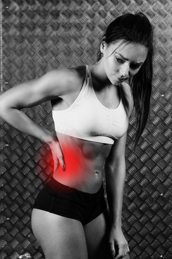 Красивая молодая боль чувства женщины фитнеса стоковая фотография