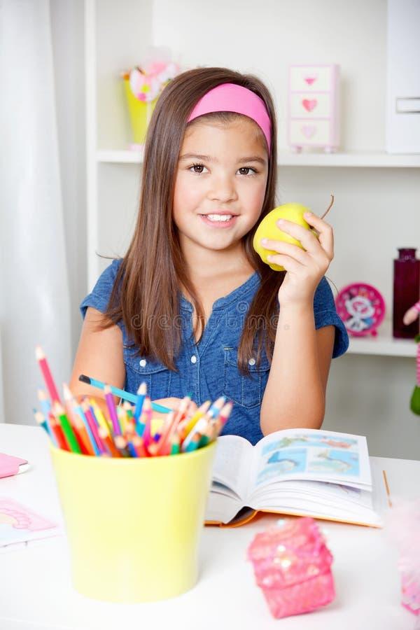 Красивая молодая девушка школы читая книгу стоковое фото rf