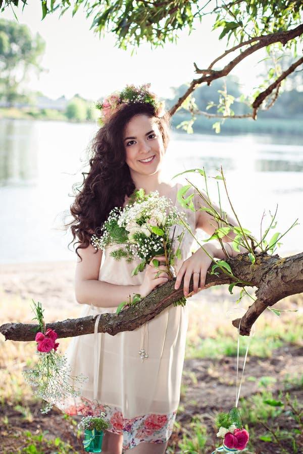 Красивая молодая девушка boho с длинными волосами стоковое изображение rf