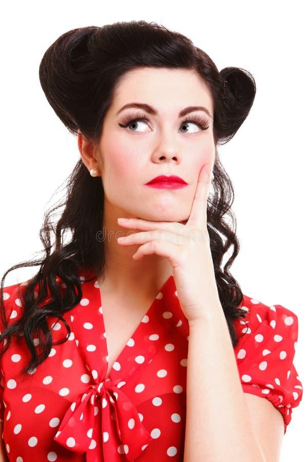 Красивая молодая девушка pinup думая, изолированный стоковые изображения