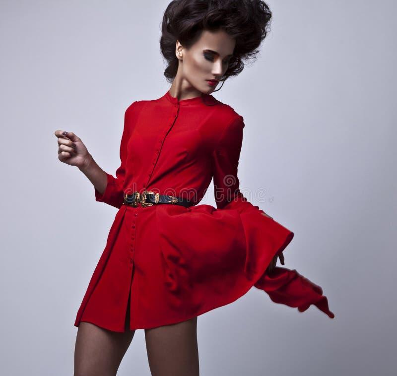 Красивая молодая женщина брюнет с составом яркой моды пестротканым. стоковое изображение rf