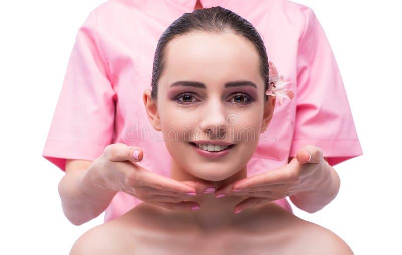 Красивая молодая женщина во время встречи массажа стороны стоковое фото rf