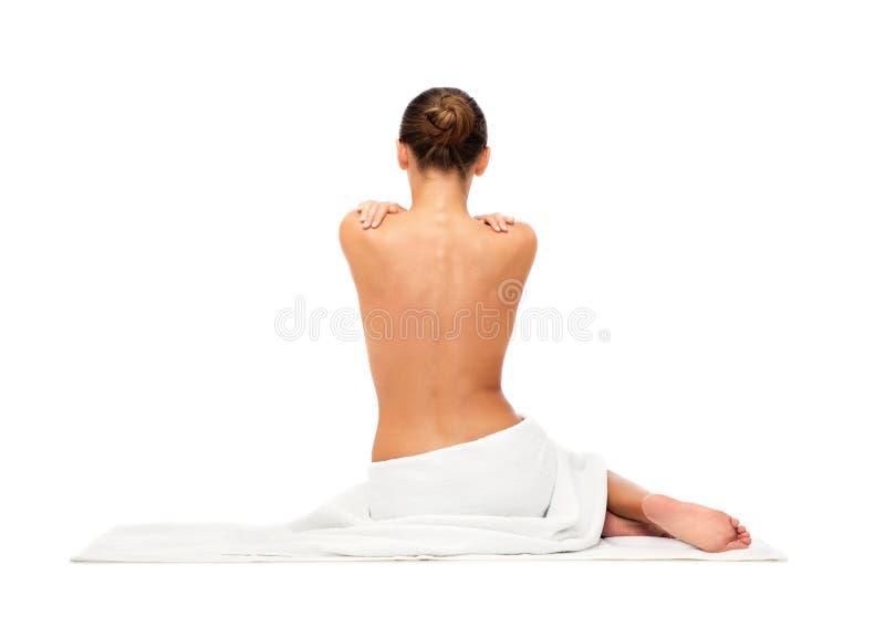 Красивая молодая женщина в белом полотенце с чуть-чуть верхней частью стоковая фотография rf
