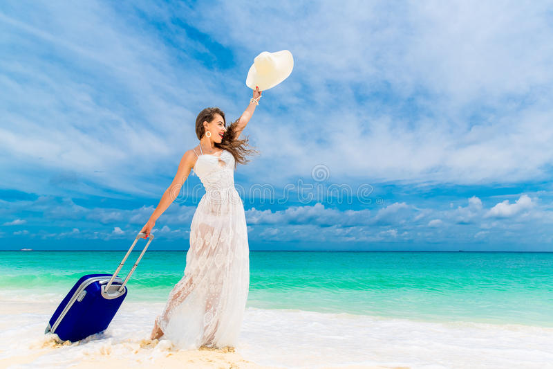 Красивая молодая женщина в белых платье и соломенной шляпе с suitca стоковые фотографии rf