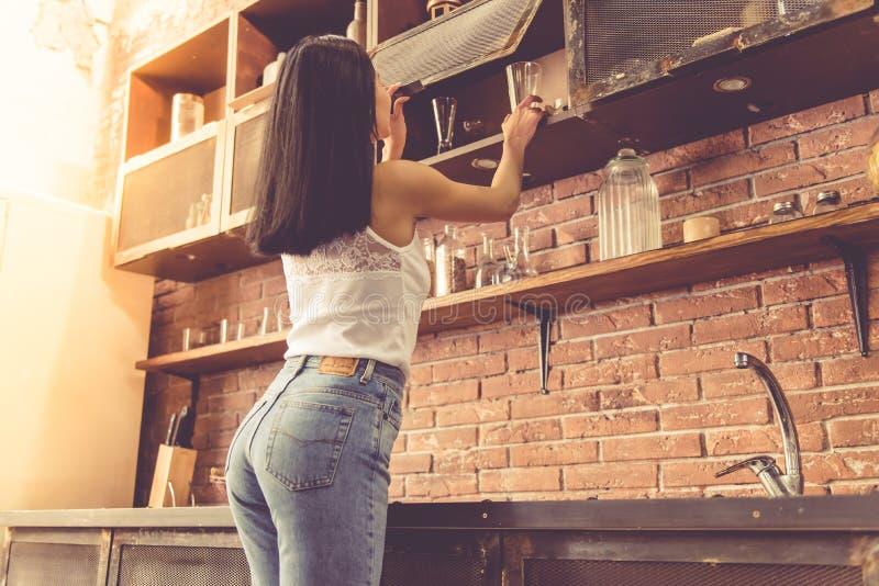 Красивая молодая женщина в кухне стоковые фото
