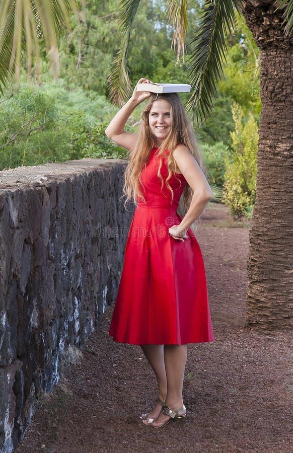 Download Красивая молодая женщина в парке Стоковое Фото - изображение насчитывающей запачканный, радостно: 37931656