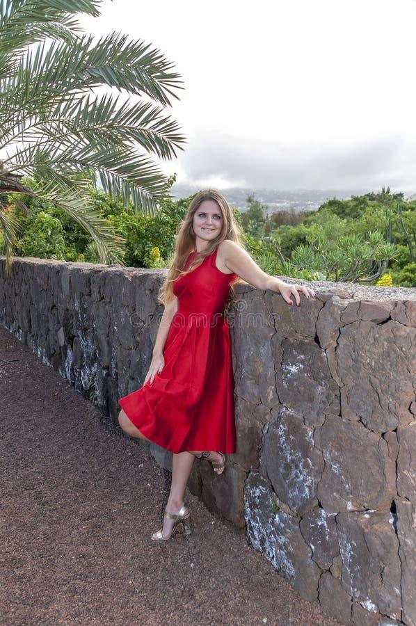 Download Красивая молодая женщина в парке Стоковое Изображение - изображение насчитывающей листья, пуща: 37931691