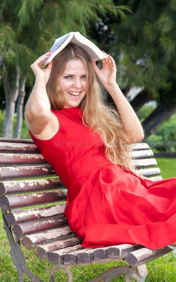 Download Красивая молодая женщина в парке Стоковое Изображение - изображение насчитывающей green, головка: 37931723