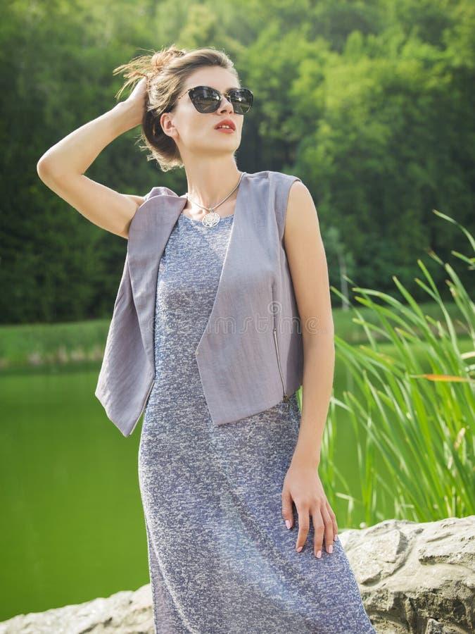 Красивая молодая женщина в платье лета стоковое изображение rf