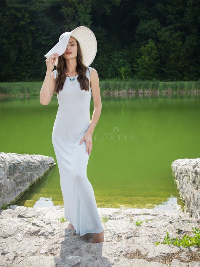 Красивая молодая женщина в платье лета стоковая фотография