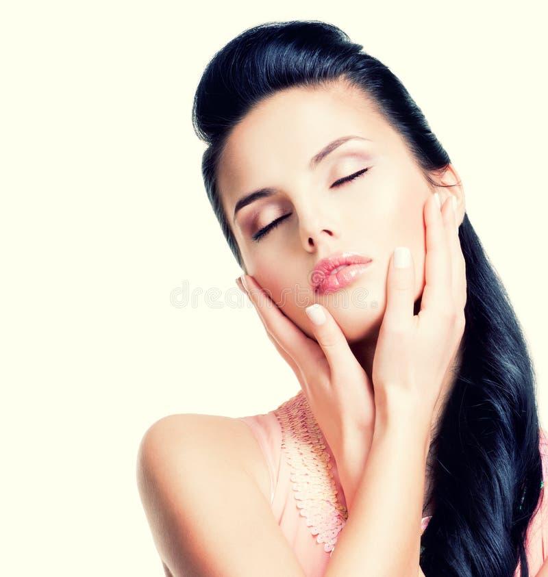 Красивая молодая женщина в розовом платье с закрытыми глазами стоковые изображения