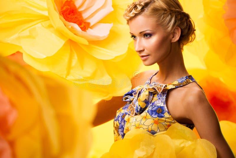 Красивая молодая женщина в цветастом платье стоковые фотографии rf