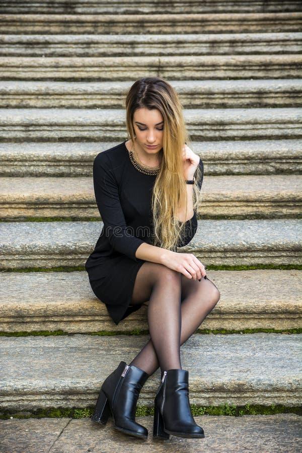 Красивая молодая женщина в черном платье внешнем стоковое изображение rf