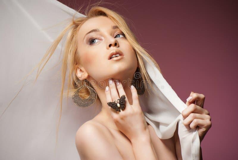 Красивая молодая женщина в шифоновом заволакивании шарфа стоковое фото rf