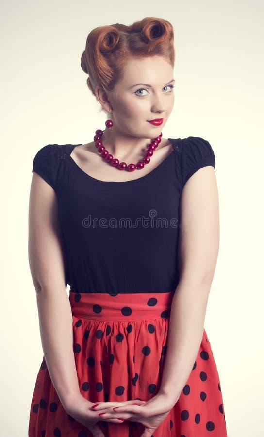 красивая молодая женщина в штыре-вверх стоковые фотографии rf
