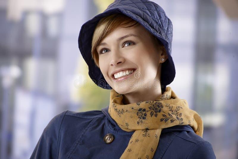 Красивая молодая женщина в шляпе и шарфе стоковая фотография rf