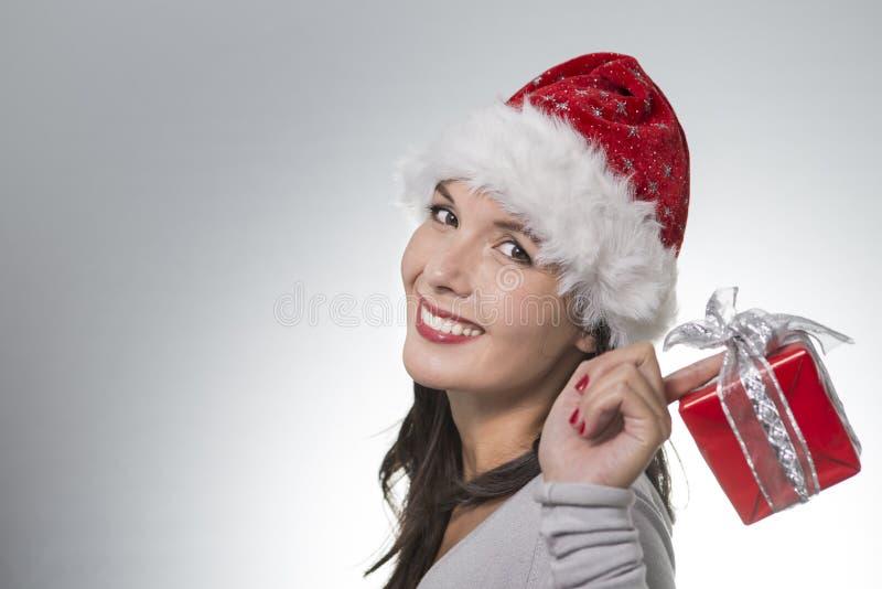 Красивая молодая женщина в шляпе Санты стоковое фото