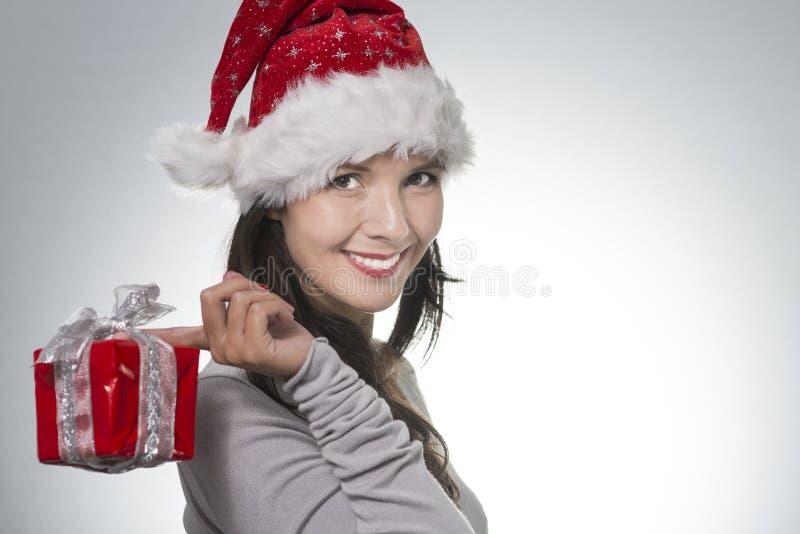 Красивая молодая женщина в шляпе Санты стоковые фото