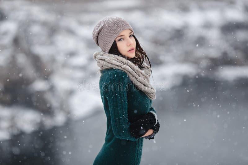 Красивая молодая женщина в wintertime внешнем стоковое изображение rf