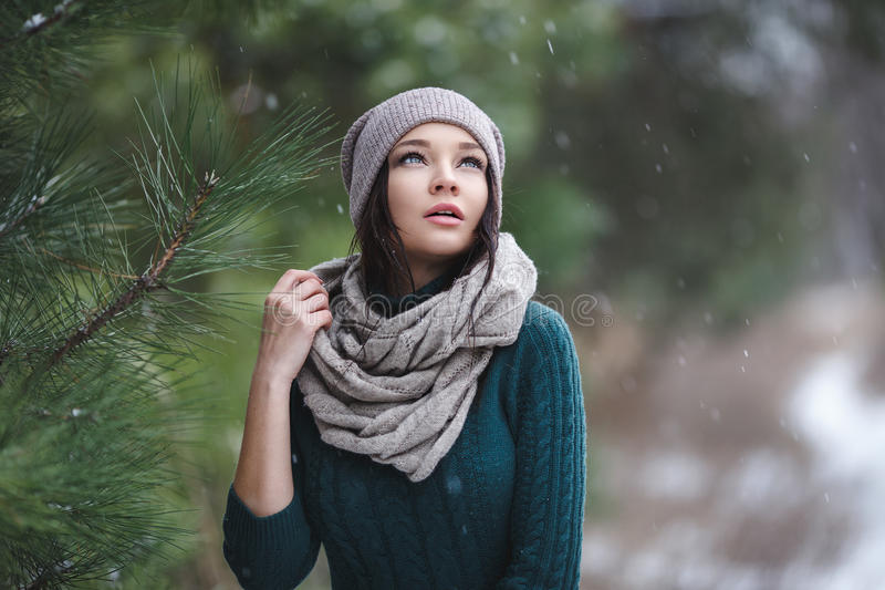 Красивая молодая женщина в wintertime внешнем стоковое фото