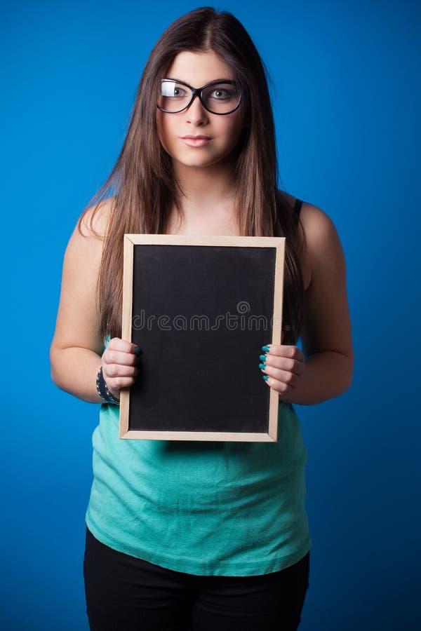 Красивая молодая женщина держа классн классный стоковое фото