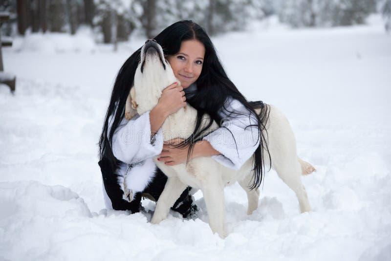 Красивая молодая женщина играя с собакой labrador стоковая фотография rf