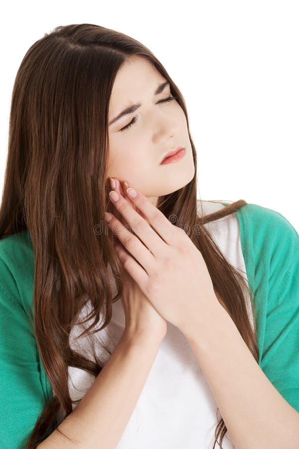 Красивая молодая женщина имея toothache. стоковая фотография