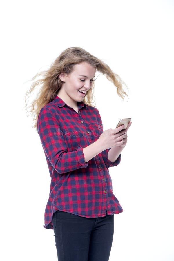 Красивая молодая женщина используя smartphone стоковое фото