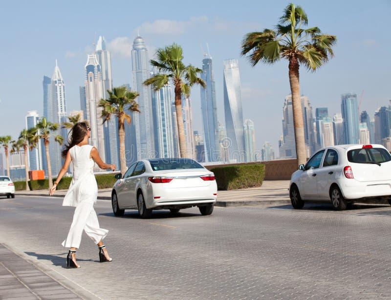 Красивая молодая женщина моды идя на улицу Дубай стоковое изображение rf