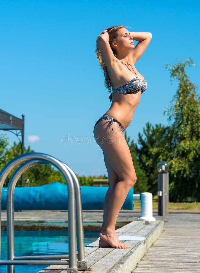 Красивая молодая женщина наслаждаясь летним временем стоковые изображения rf