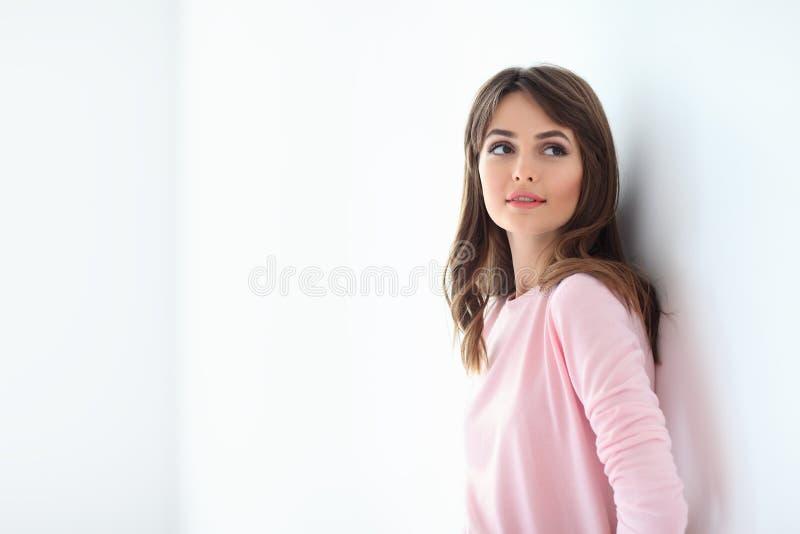 Красивая молодая женщина на белой предпосылке с космосом экземпляра стоковая фотография rf