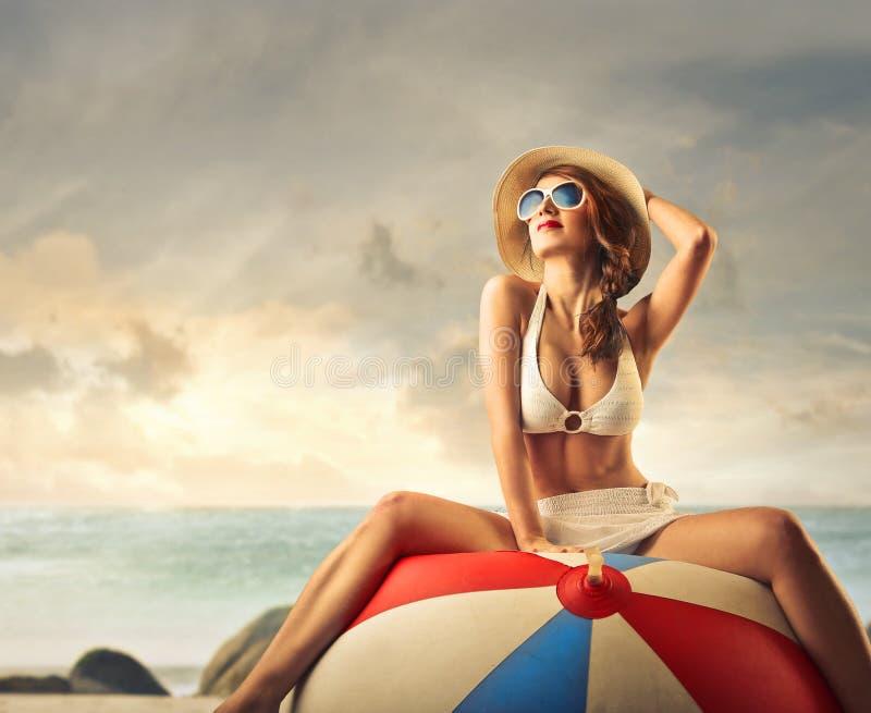 Красивая молодая женщина на взморье стоковые фотографии rf