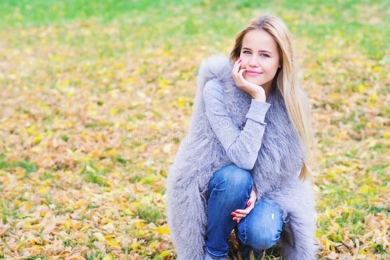 Красивая молодая женщина на предпосылке autmn стоковые изображения