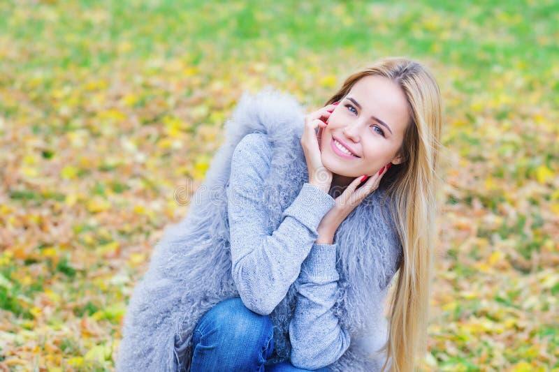 Красивая молодая женщина на предпосылке autmn стоковые изображения rf