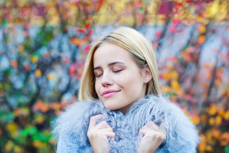 Красивая молодая женщина на предпосылке autmn стоковое изображение