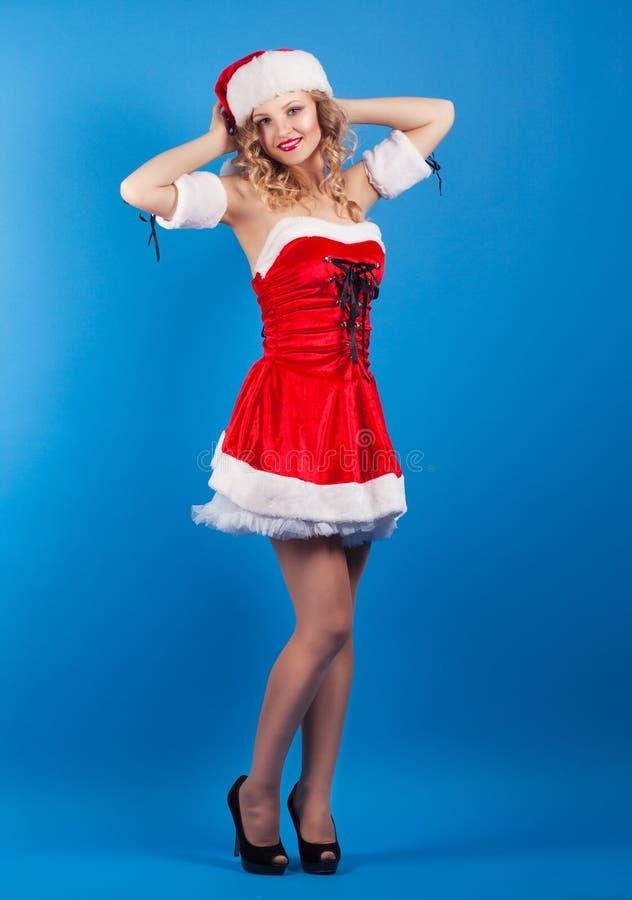 Красивая молодая женщина нося костюм Санта Клауса стоковые изображения