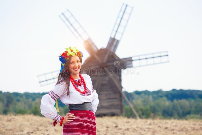 Красивая молодая женщина нося национальный украинский представлять одежд стоковые фото