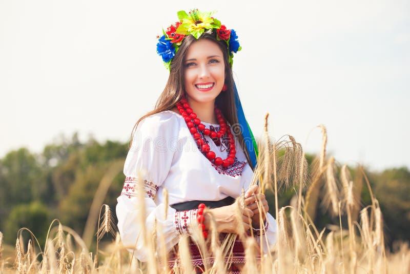 Красивая молодая женщина нося национальный украинский представлять одежд стоковое изображение
