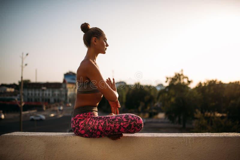 Красивая молодая женщина ослабляет в представлении йоги стоковые фото