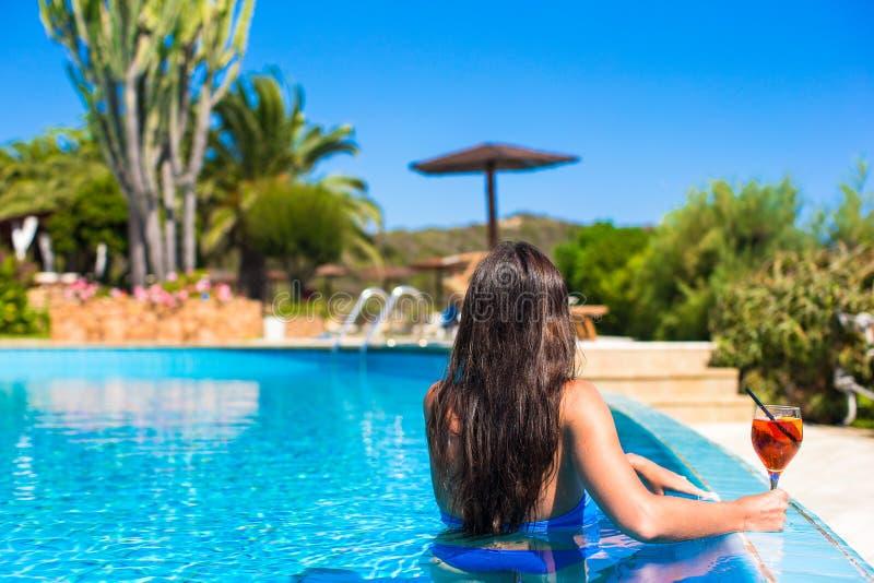 Красивая молодая женщина ослабляя в бассейне стоковое изображение rf