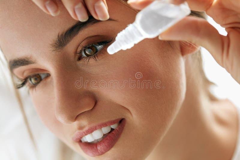 Красивая молодая женщина прикладывая Eyedrops в глазах Визуальная концепция стоковое изображение rf