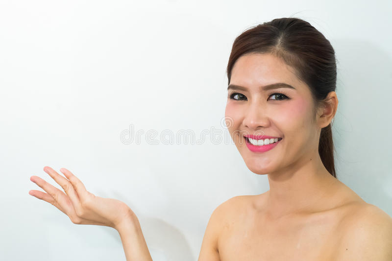 Красивая молодая женщина при здоровая чистая кожа представляя somethi стоковые фото